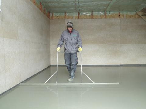 Urovnání litého cementového potěru CEMFLOW do požadované roviny