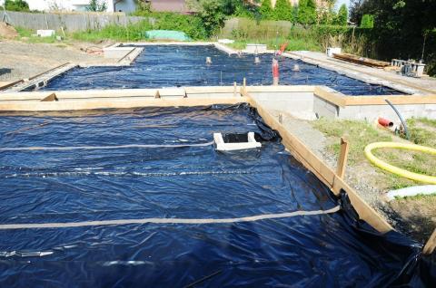 Bylo dokončeno ošetření separací zhutněného podloží a nastavení výšky 20 cm základové desky v celé ploše budoucích betonových základů rodinného domu