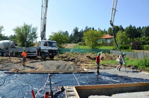 Příjezd prvního mixu na stavbu, zahájena betonáž (čerpání betonu na plochu budoucí základové desky rodinného domu)